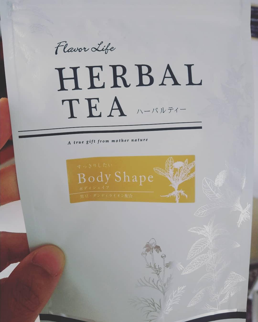 オススメハーブティー♪フレーバーライフの*ボディシェイプティー黒豆、ダンディライオン、チコリ、ゴボウ、ジュニパーベリー等が入ったノンカフェイン・香料不使用のハーブティーです。タンディライオンは俗にたんぽぽ茶で知られ、授乳中や、妊婦さんにも安心のハーブですね!このお茶は毒出し茶と言ってもいいくらい、体内の毒素や老廃物の排出を助け、むくみケアや肝臓腎臓を浄化し、脂肪の生成を抑え血液サラサラ にしてくれます。また消化不良を改善してくれる効果があるので、* #夜遅くに食事の習慣がある方* #便秘ぎみの方 にもオススメです️サロンでは、ボディメニューの方や仕事帰りの方、便秘ぎみの方によくお出しするお茶です。皆様サロンにいる間に2〜3回は必ずお手洗いに行かれるくらい即効性があります(笑)夕方むくみやすい方や毒出しされたい方にはとってもおすすめですよ!店舗販売もしておりますので、気になる方はお問い合わせ下さいませ♪仙台エステサロンはなまりご予約はこちらから↓↓*ホットペッパービューティhttps://beauty.hotpepper.jp/kr/slnH000498377/*楽天ビューティーhttps://beauty.rakuten.co.jp/s9000045122/*LINE:nenenomam#仙台 #エステ #毒出し #毒出し茶 #むくみ撃退 #肝臓疲労 #腎臓疲労 #浄化 #血液サラサラ #タンディライオン #チコリ #ジュニパーベリー #黒豆 #消化不良改善 #痩身 #便秘改善 #ファスティング #ファスティングマイスター #ファスティングプロフェショナルマイスター #ノンカフェイン #ポリフェノール#オススメのハーブティー